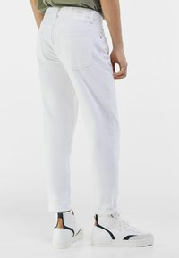 Bershka - MIT VINTAGE WASCHUNG  - Jeans a sigaretta - white - 2