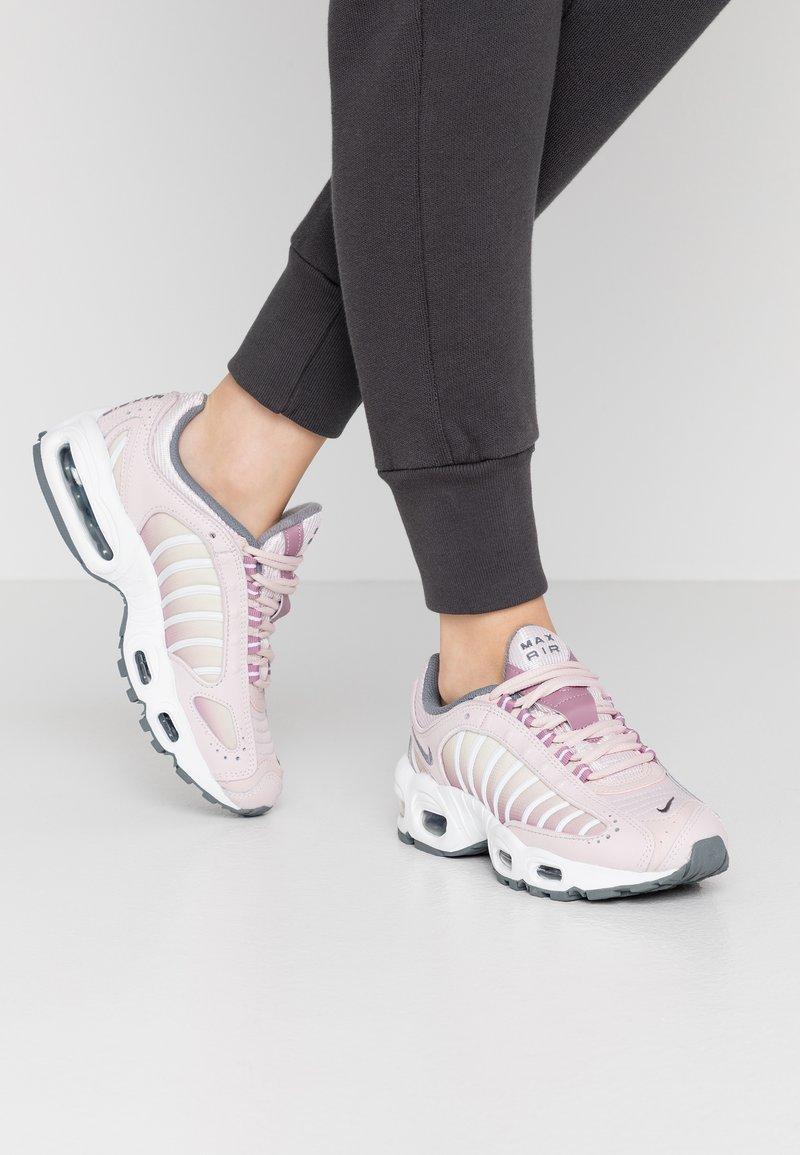 Nike Sportswear - AIR MAX TAILWIND - Sneakersy niskie - barely rose/smoke grey/plum dust/white/fossil