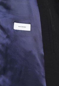 Isaac Dewhirst - HARRINGTON JACKET AND DRAWCORD TROUSERS SET - Pantalon classique - black - 9