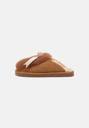 HOMESTAY CUDDLE - Domácí obuv - camel