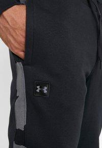 Under Armour - RIVAL PRINTED - Pantaloni sportivi - black - 5