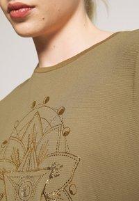 ONLY - ONLCARIN LIFE  - Camiseta estampada - martini olive - 6