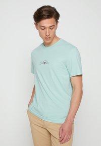 Calvin Klein - SUMMER CENTER LOGO - T-shirt con stampa - crushed mint - 0