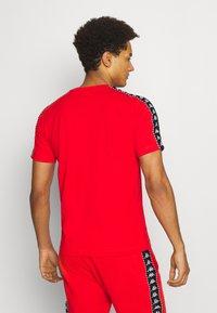 Kappa - ILYAS - T-shirt con stampa - firey red - 2