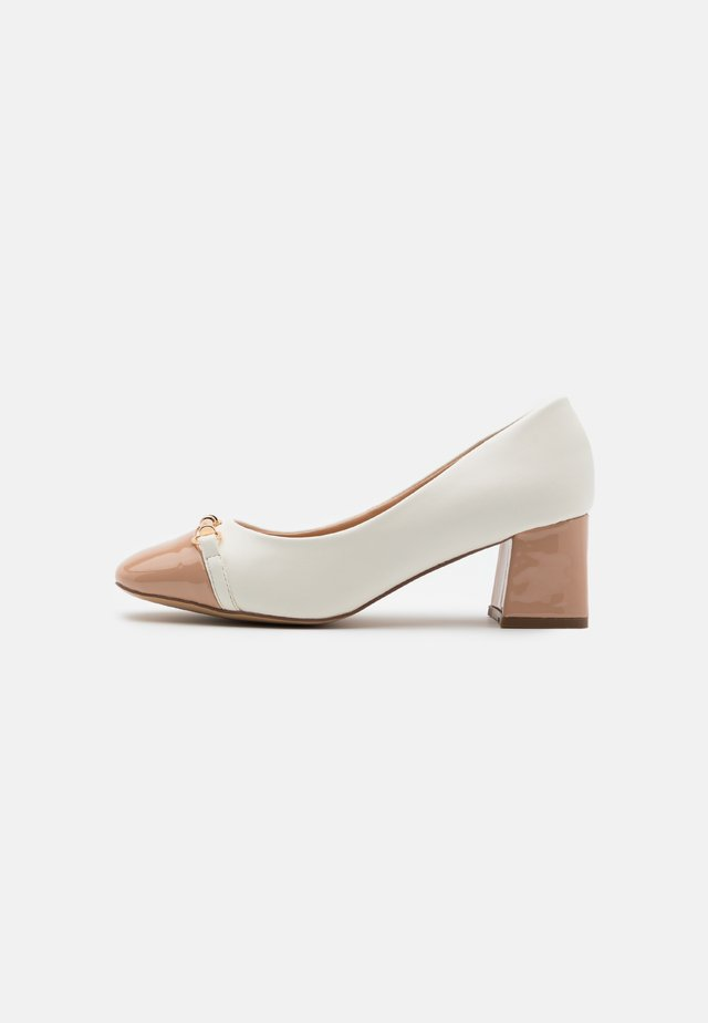 CAST - Klassiske pumps - white/camel