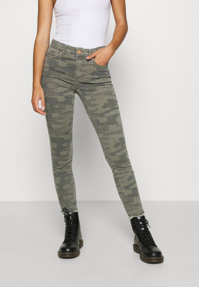 ONLY - ONLBLUSH LIFE MID RAW CAMO - Jeans Skinny Fit - deep lichen green/grape leaf