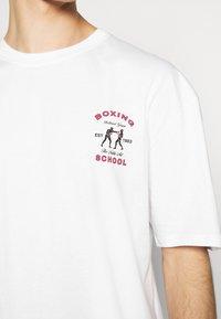 Revival Tee - BOXING SHORT SLEEVE - T-shirt z nadrukiem - white - 5