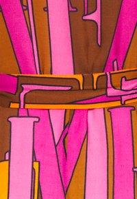 Emily van den Bergh - Skjortekjole - camel/pink - 2