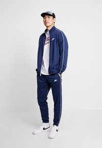 Nike Sportswear - SUIT BASIC - Dres - midnight navy/white - 1