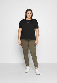 Calvin Klein Jeans Plus - MONOGRAM LOGO TEE - Jednoduché triko - black/party pink - 1