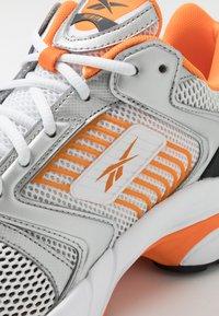 Reebok Classic - RBK PREMIER - Tenisky - white/matte silver/high vis orange - 5