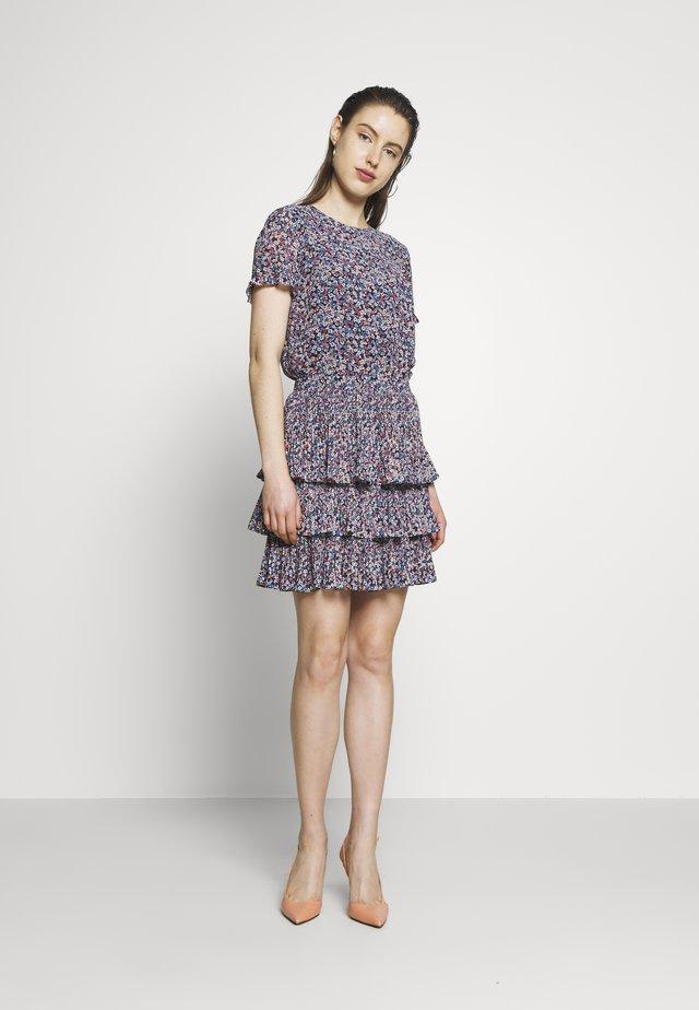 PLEAT TIER DRESS - Sukienka letnia - coral peach