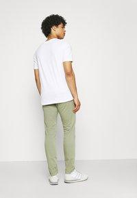 Jack & Jones - JCOMIRKU TEE SS CREW NECK - T-shirt z nadrukiem - white - 2