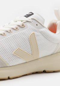 Veja - CONDOR 2 - Chaussures de running neutres - white/pierre - 5