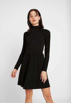 ONLNIELLA DRESS - Žerzejové šaty - black