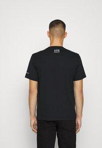 Converse - BASQUIAT GRAPHIC TEE UNISEX - Camiseta estampada - black - 2
