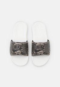 Nike Sportswear - VICTORI ONE SLIDE PRINT - Mules - desert sand/black/summit white - 4