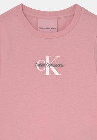 Calvin Klein Jeans - SLIM FIT TEE - Triko spotiskem - light pink - 2