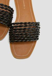 PULL&BEAR - Sandály do bazénu - black - 5