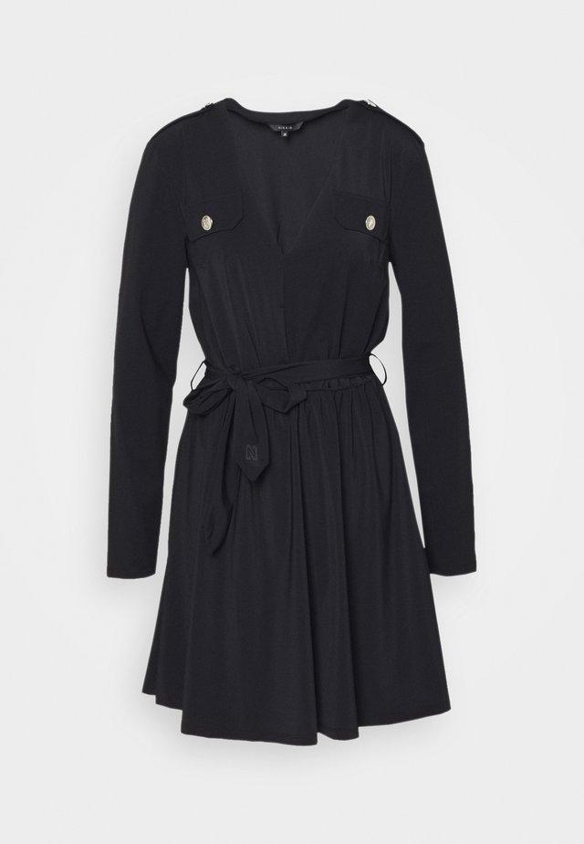 SUZY UTILITY DRESS - Fodralklänning - black