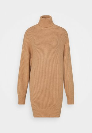 PREMIUM BOYFRIEND ROLL NECK DRESS - Pletené šaty - camel