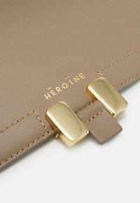 Maison Hēroïne - MARLENE TABLET MINI - Handbag - taupe - 6