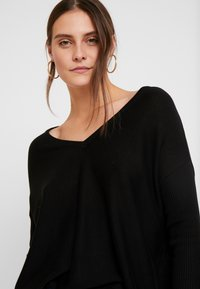 Anna Field - RELAXED V-NECK - Strickpullover - black - 4