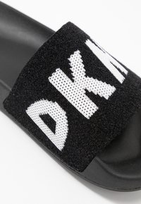 DKNY - ZAX SLIDE  - Sandaler - black/white - 2