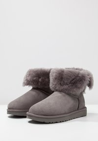 UGG - BAILEY BUTTON II - Classic ankle boots - grey - 7