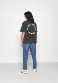 WRSTBHVR - CIRCLE VINTAGE UNISEX - Print T-shirt - vintage black - 2