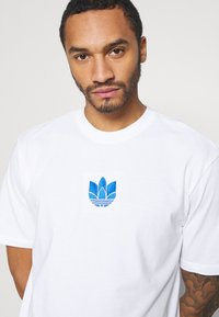 adidas Originals - TREFOIL TEE UNISEX - T-shirts print - white/blue - 4
