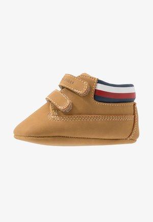 První boty - camel