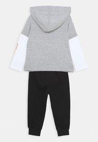 Converse - FLAMES HOODIE SET - Pantaloni sportivi - dark grey heather - 1