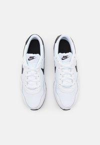 Nike Sportswear - MD VALIANT UNISEX - Zapatillas - white/black - 3