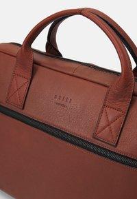 Still Nordic - CLEAN BRIEF ROOM UNISEX - Briefcase - cognac - 3