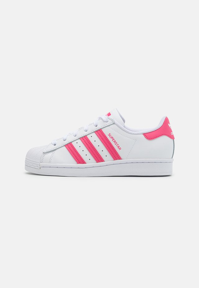 SUPERSTAR SPORTS INSPIRED SHOES UNISEX - Matalavartiset tennarit - footwear white/super pink/core black