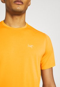 Arc'teryx - MOTUS CREW MENS - Print T-shirt - ignite - 5