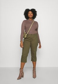 Ciso - CAPRI WITH ZIP POCKETS - Stoffhose - khaki - 1
