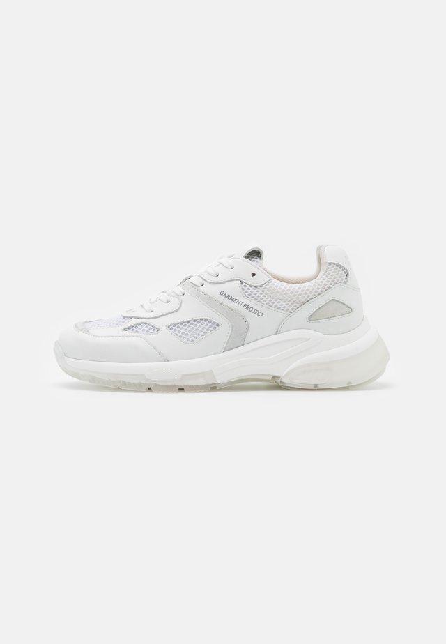 BROOKLYN RUNNER - Sneakersy niskie - white