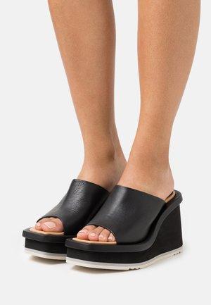 LOA - Pantofle na podpatku - black