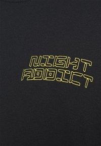 Night Addict - GLITCH - T-shirt med print - black - 5