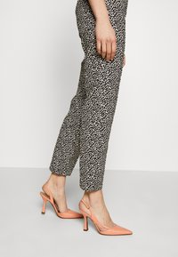 RIANI - SLIM FIT - Trousers - ivory - 3