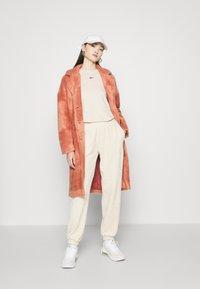 Nike Sportswear - PANT - Teplákové kalhoty - oatmeal - 1