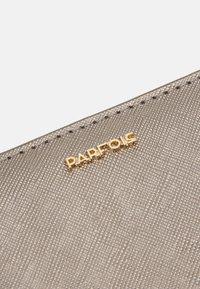 PARFOIS - WALLET WALLET PLAIN BASIC - Lommebok - silver - 4