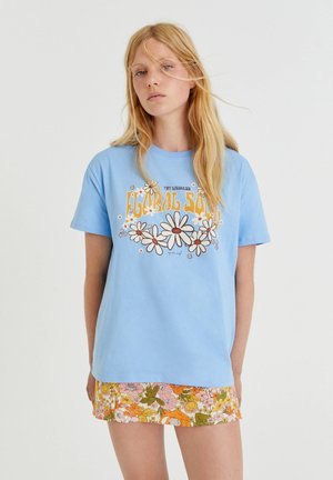 MIT FARBLICH ABGESETZTEN MARGERITEN - Print T-shirt - light blue