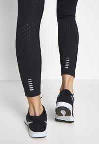 Under Armour - QUALIFIER SPEEDPOCKET PERFORATED ANKLE CROP - Medias - black/reflective - 3
