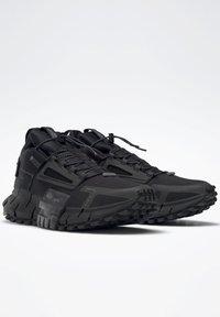 Reebok Classic - ZIG KINETICA EDGE SHOES - Trainers - black - 2