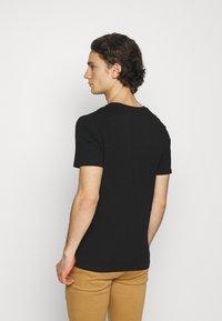 Jack & Jones - JCOCHRIS GIBS TEE CREW NECK - Print T-shirt - black - 2