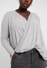 Vero Moda Curve - Camiseta estampada - light grey melange - 4