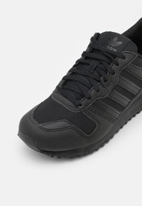 adidas Originals - ZX 700 UNISEX - Trainers - core black - 5